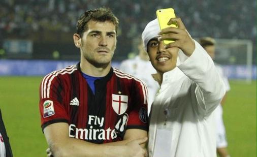 Casillas, un selfie con la casacca del Milan