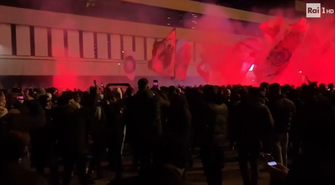 tifosi milan fuori dallo stadio